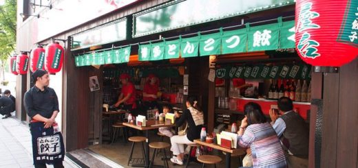 【一蘭拉麵本店】九州福岡/一蘭拉麵總本店才有的:「一蘭屋台」~吃拉麵配鐵盤餃子! @Via's旅行札記-旅遊美食部落格